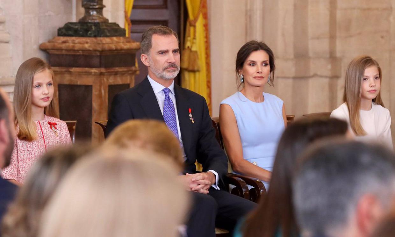 Los Reyes y sus hijas se rodean de ciudadanos excelentes en el aniversario de la proclamación
