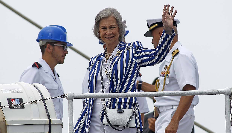 Doña Sofía anima a don Juan Carlos en su primera visita a las regatas de Sanxenxo