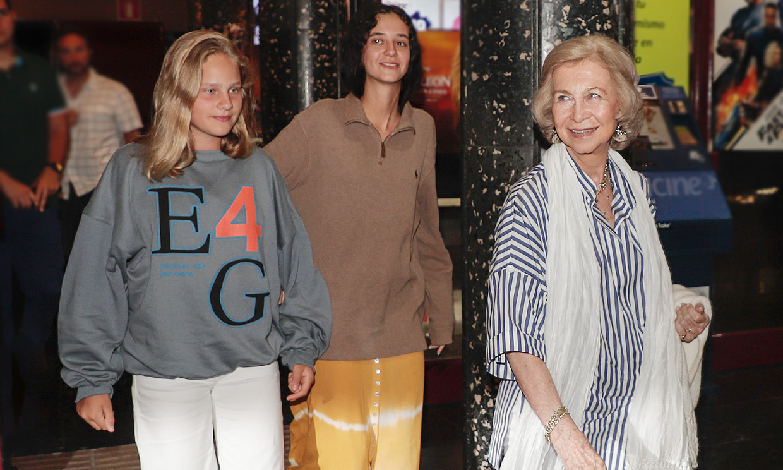 La reina Sofía disfruta con sus nietas Victoria Federica e Irene de una tarde de cine en Mallorca