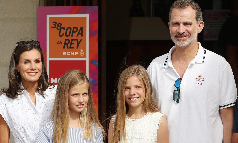Primera imagen de los Reyes y sus hijas en Mallorca