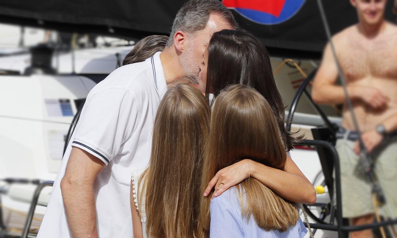 Los besos de doña Letizia y sus hijas para desearle suerte al Rey