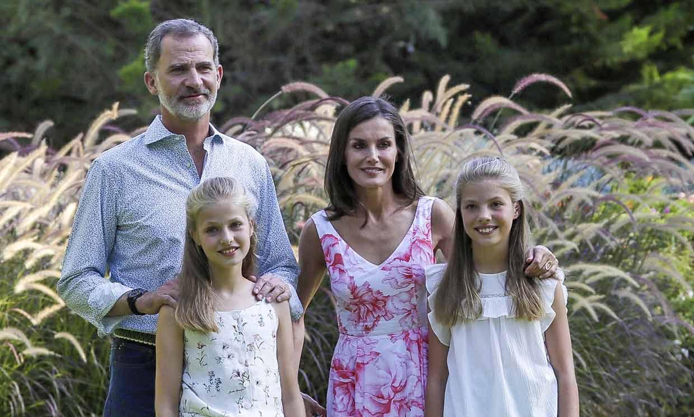Los Reyes y sus hijas cumplen con la tradición estival y protagonizan un posado en Palma