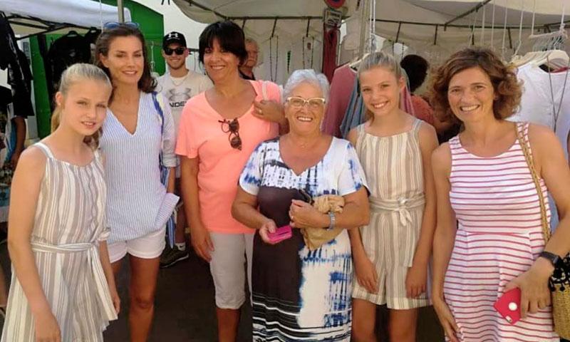 La princesa Leonor y la infanta Sofía, de compras en Mallorca con su madre y su abuela