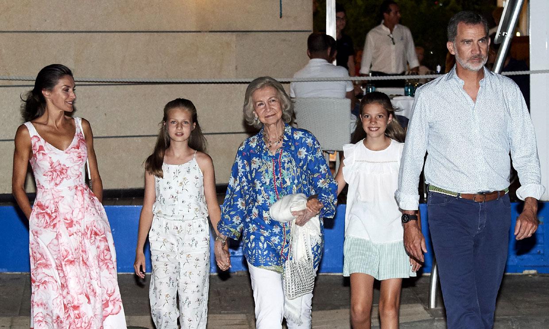 Los Reyes y sus hijas cenan con doña Sofía en uno de sus restaurantes preferidos de Portitxol