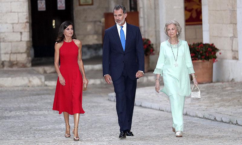 Los Reyes y doña Sofía reciben a la sociedad balear en una cita con récord de invitados