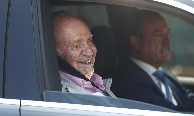 Don Juan Carlos abandona el hospital con muy buen humor