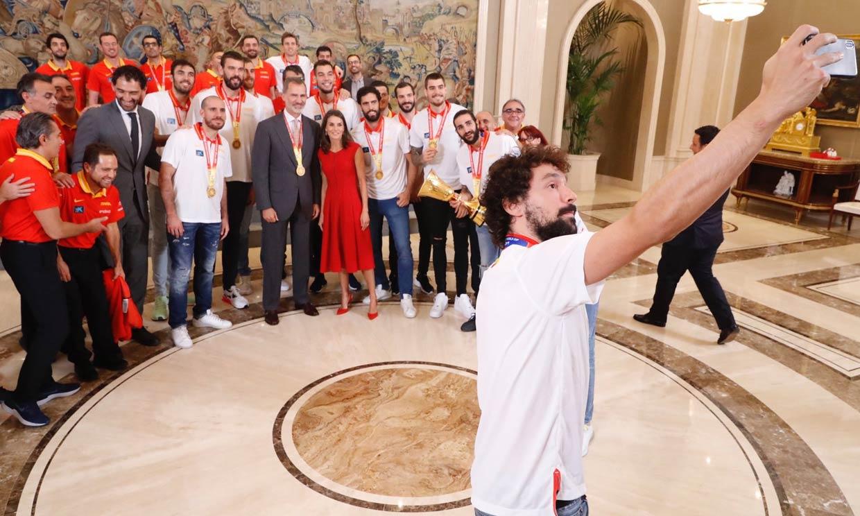 Un 'selfie' y una medalla para don Felipe: las anécdotas del encuentro de los Reyes con la Selección