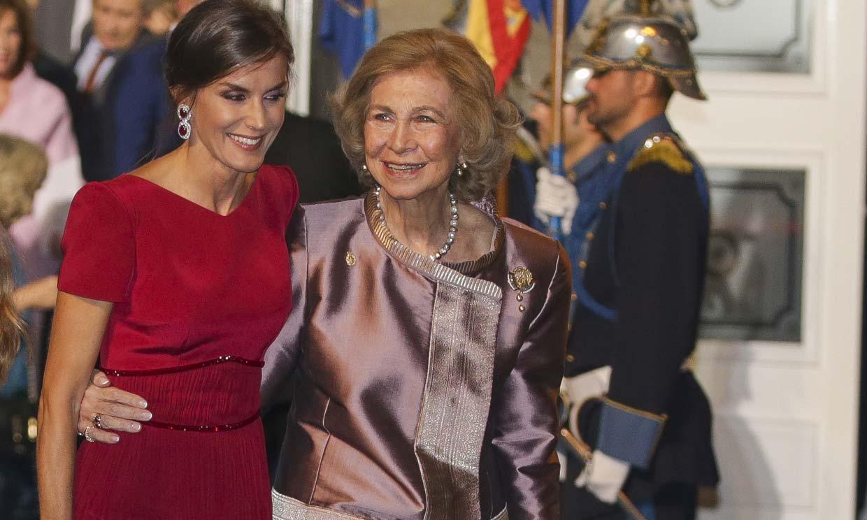 La reina Sofía y doña Letizia, el abrazo del orgullo por el fantástico debut de la princesa Leonor