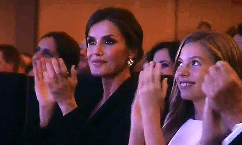 Los gestos de orgullo de la reina Letizia al escuchar a Leonor en los Premios Princesa de Girona