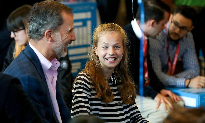 Mucha curiosidad y risas con su padre: la princesa Leonor disfruta de un taller de emprendimiento