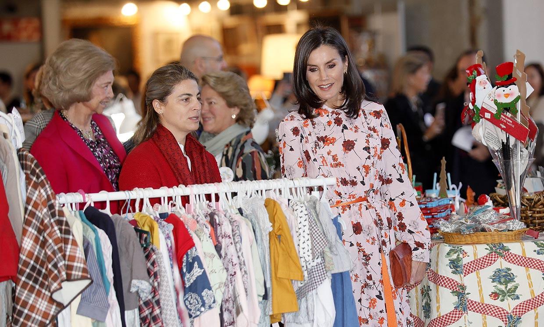 Un vestido, un broche y adornos navideños: todos los detalles de las compras de las Reinas en el rastrillo