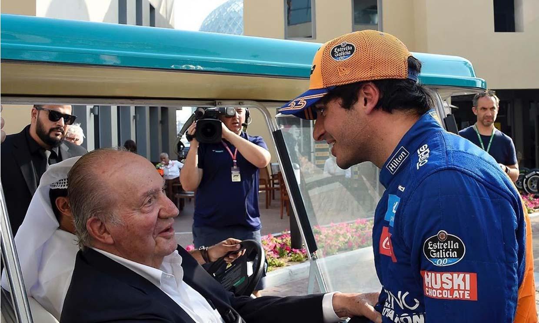 Don Juan Carlos viaja por sorpresa a los Emiratos Árabes para animar a Carlos Sainz Jr