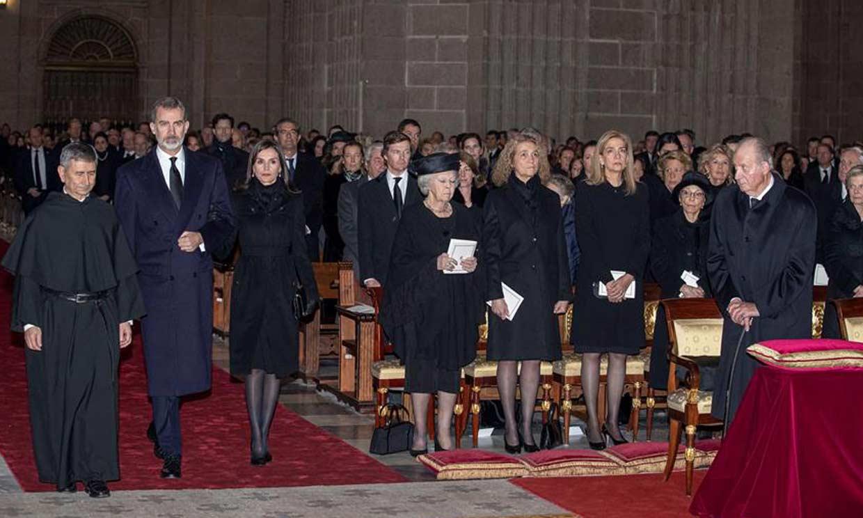 Los Reyes, junto a don Juan Carlos y doña Sofía y las infantas Elena y Cristina, en el solemne funeral de doña Pilar