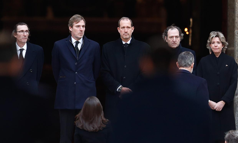 La familia Gómez-Acebo, arropada por los cuatro Reyes y numerosos amigos, despide a la infanta Pilar en el Escorial