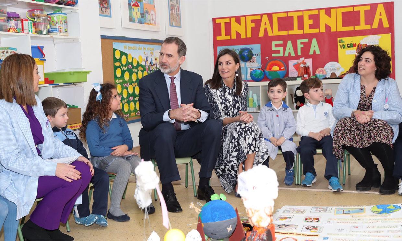 FOTOGALERÍA: Los Reyes se lo pasan como niños en su encuentro con escolares