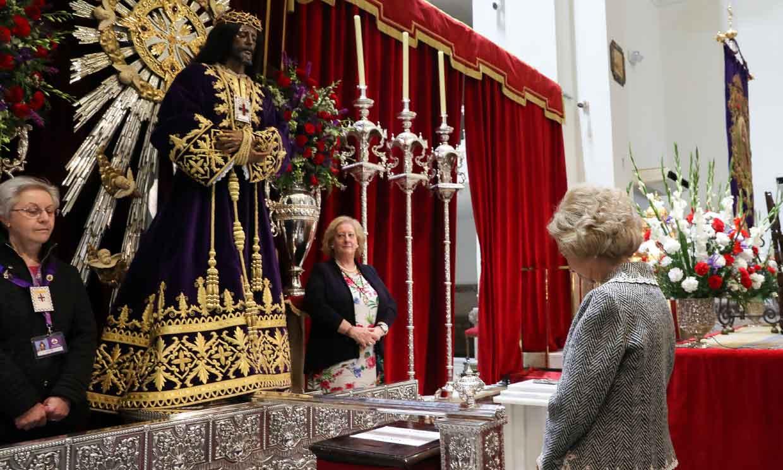 Doña Sofía, ante el Cristo de Medinaceli, pero sin besapiés por el coronavirus