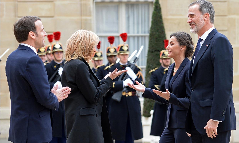 Ni apretones de manos ni besos, analizamos el encuentro de los Reyes con los Macron