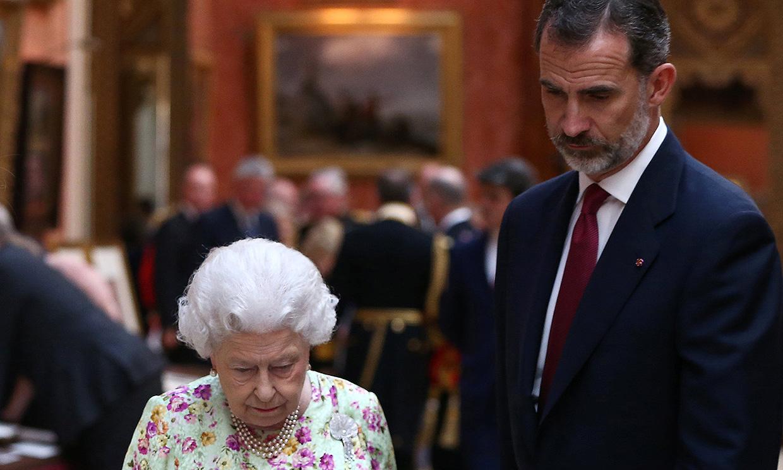 Don Felipe habla por teléfono con la reina Isabel II y con el príncipe de Gales sobre la crisis