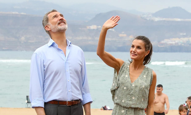 Los Reyes revolucionan Las Palmas de Gran Canaria entre charlas con los bañistas y tapeo