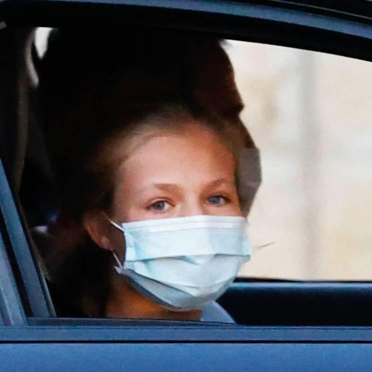 De copiloto y saludando, la princesa Leonor protagoniza la llegada de la Familia Real a Mallorca
