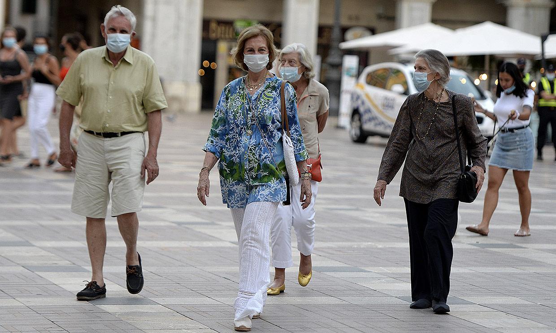 Doña Sofía disfruta de una tarde de compras y paseo con su hermana Irene y unos amigos
