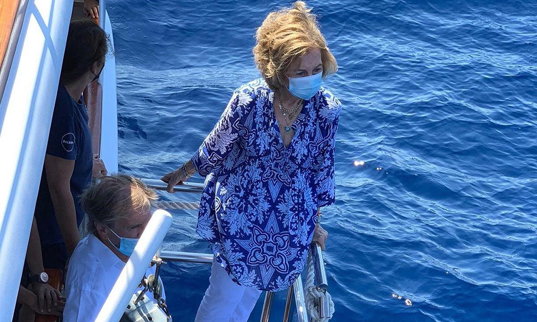 La reina Sofía participa en la liberación de un ejemplar de tortuga en Palma de Mallorca