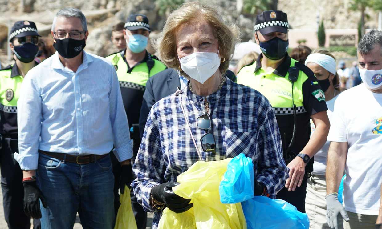 ¡Una reina muy ecologista! Doña Sofía participa en una recogida de residuos en la playa