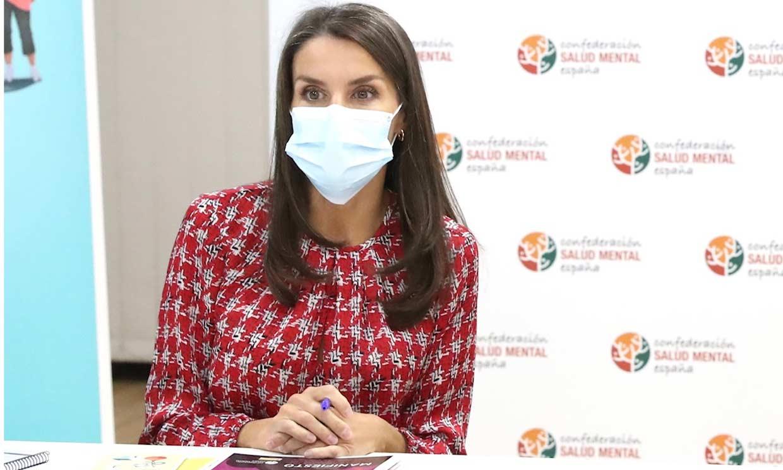Doña Letizia cumple con su agenda de trabajo en una de las zonas confinadas de Madrid