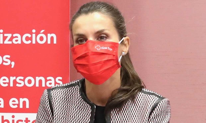 Doña Letizia cambia de mascarilla para unirse al equipo de Cruz Roja