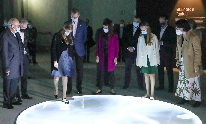 Linterna en mano e interactuando con las obras: el recorrido de la Familia Real por La FPabrica