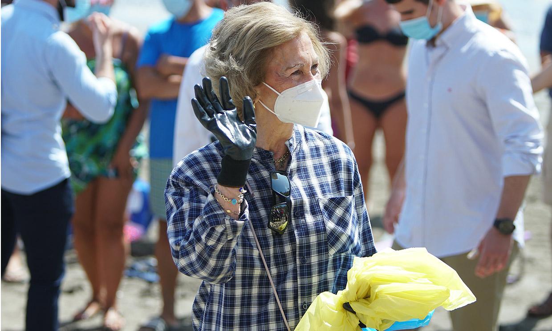 Bailando, limpiando las playas y ¡hasta de minera!: las imágenes más curiosas de la reina Sofía