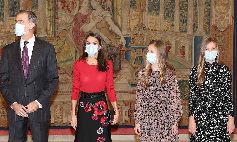 Leonor y Sofía acompañan por sorpresa a sus padres a una reunión de la Fundación Princesa de Girona
