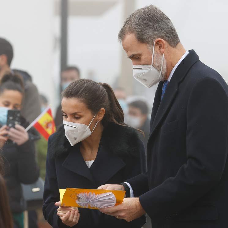 Don Felipe y doña Letizia, recibidos con un cálida bienvenida en un pequeño municipio madrileño