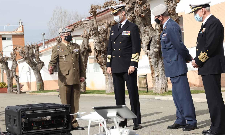 Don Felipe conoce el día a día de las Fuerzas Armadas en materia de ciberataques