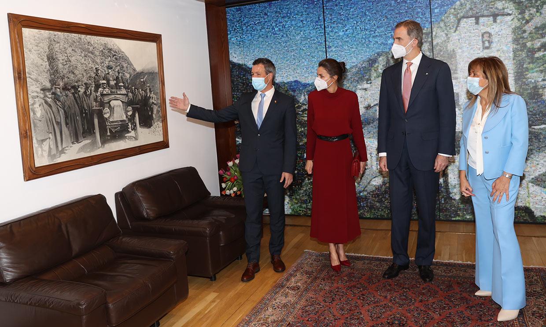 Un 'vuelo precioso', vítores y una foto que ha cautivado a doña Letizia: así han sido los primeros actos de los Reyes en Andorra