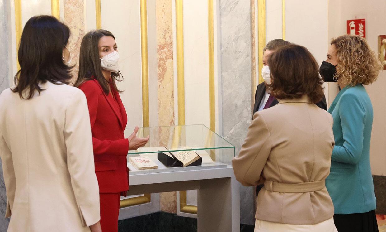 La reina Letizia, muy interesada sobre la obra de Clara Campoamor durante su homenaje en el Congreso