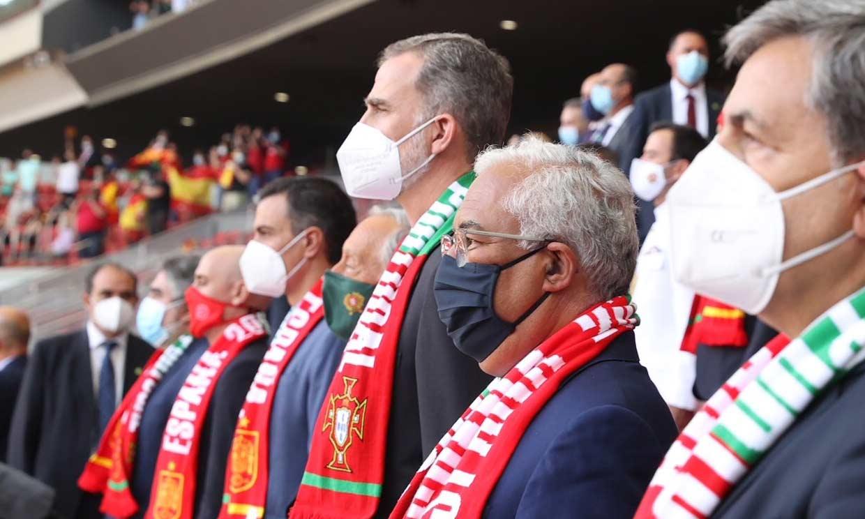 El rey Felipe y el presidente de Portugal disfrutan juntos de un partido amistoso entre ambos países
