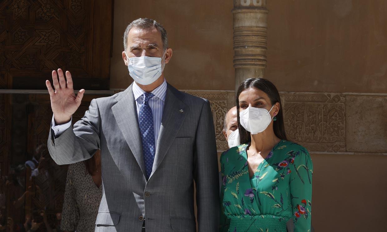 Don Felipe y doña Letizia completan su agenda llena de arte con un toque de fantasía oriental en Granada