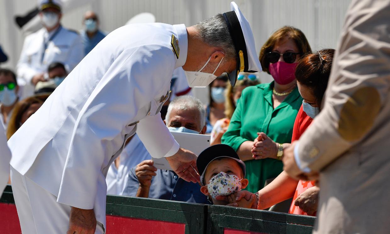 El Rey se suma a decenas de familias en la bienvenida al buque escuela Juan Sebastián Elcano