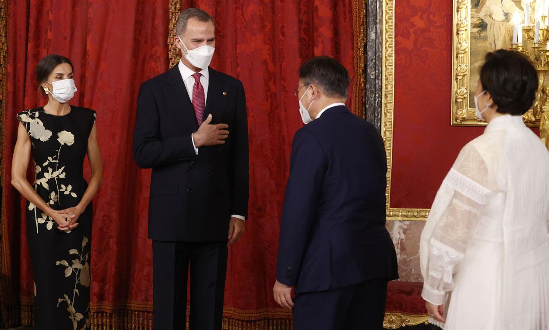 El escenario, los gestos de los Reyes y sus invitados.. los detalles de una cena de Estado diferente