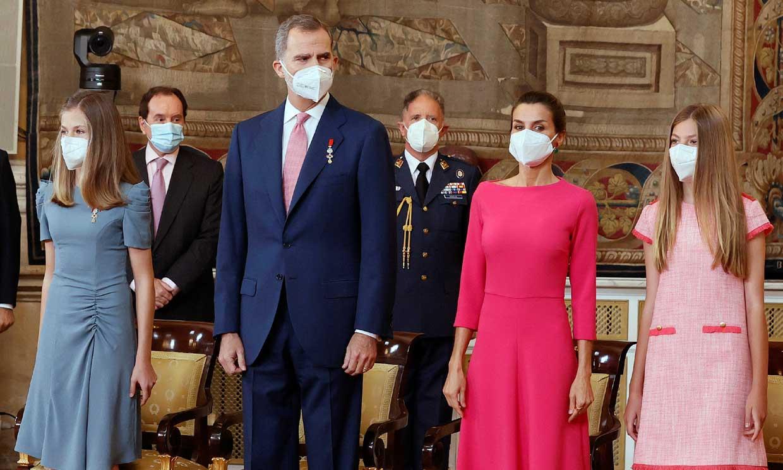 Don Felipe celebra el séptimo aniversario de su proclamación con la Reina y sus hijas homenajeando a los trabajadores esenciales de la pandemia
