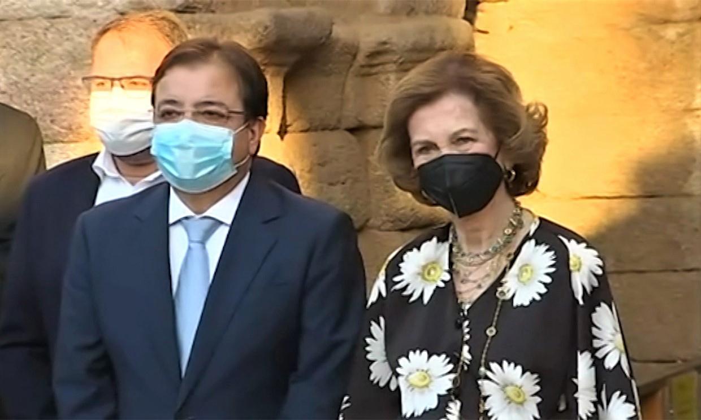 Doña Sofía, ovacionada y con el público puesto en pie a su llegada al Teatro Romano de Mérida