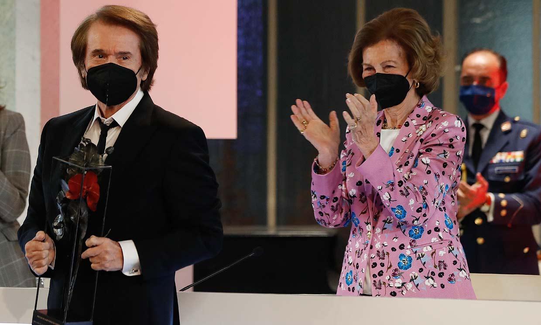 Doña Sofía entrega a Raphael un galardón por su trayectoria y labor social