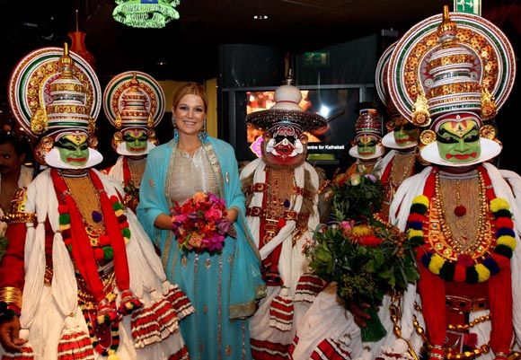 Máxima de Holanda, deslumbrante princesa con sari azul en el Festival de la India en Ámsterdam