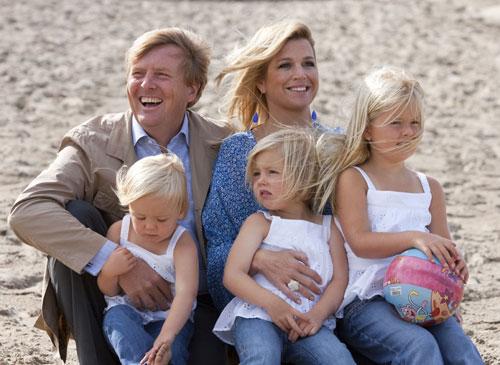 Los Príncipes de Orange y sus tres hijas, a la orilla del verano