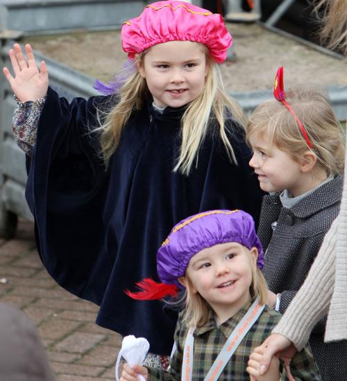 Amalia, Alexia y Ariane de Holanda reciben a San Nicolás