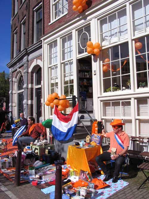 Los príncipes de Orange y Beatriz de Holanda sacan una sonrisa en su Día de la Reina más triste