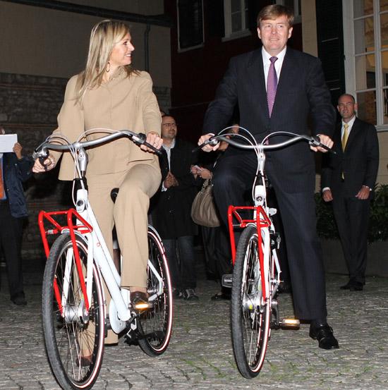 Guillermo y Máxima de Holanda, como dos turistas en bicicleta por Estambul