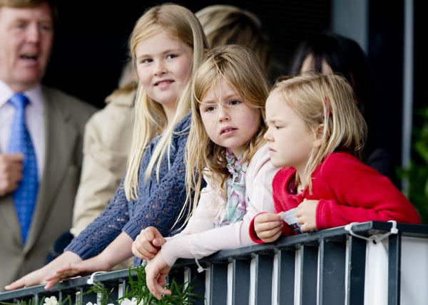 Los Reyes de Holanda y sus tres hijas, en las carreras de Rotterdam
