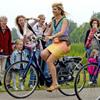 Tocado, vestido multicolor y tacones de aguja para ir en bici: Máxima de Holanda, una reina todoterreno